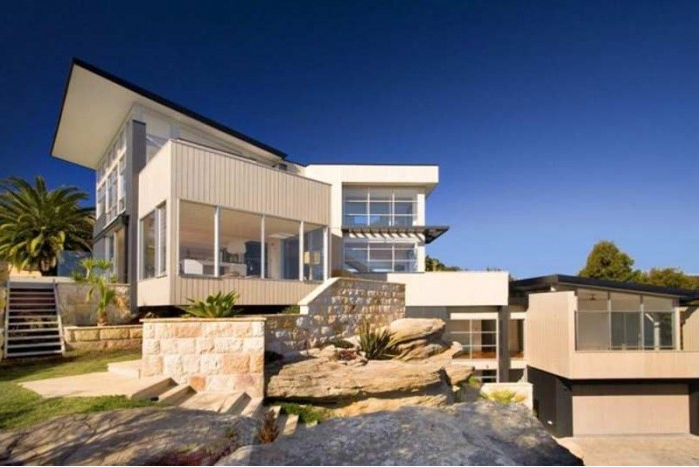 Australia firm reinvigorates popular beach with surfhouse for Small beach house designs australia